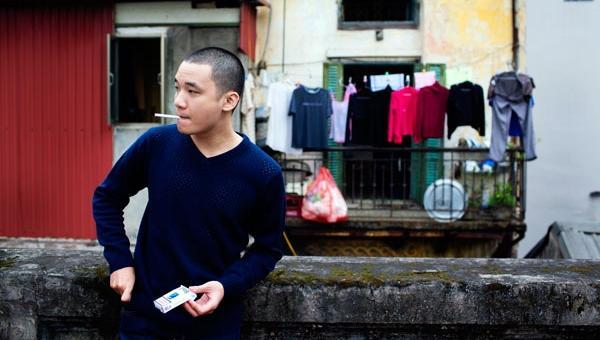 Dong Nguyen smoking